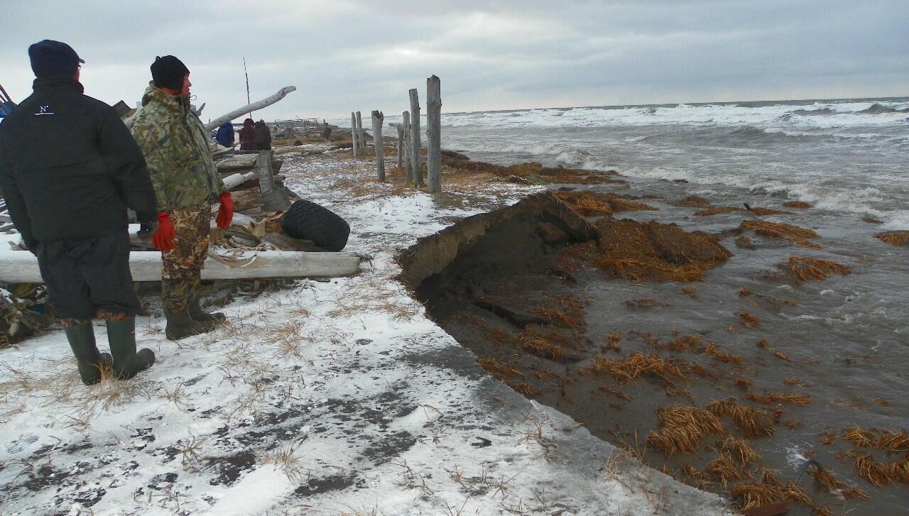 L'île de Sarishef, où se trouve Shishmaref, est menacé par l'érosion et la montée des eaux. Crédit : Esau Sinnok