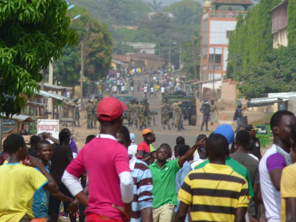 Des manifestants font face à un groupe de militaires à Sokodé, le 7 novembre 2017. Photo transmise par notre Observateur.