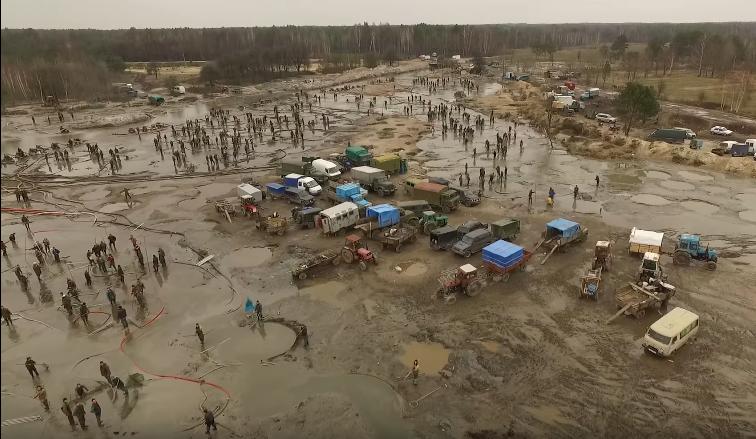 Des mineurs creusent le sol à la recherche d'ambre. Capture d'écran d'une vidéo publiée par les activistes d'Automaïdan.