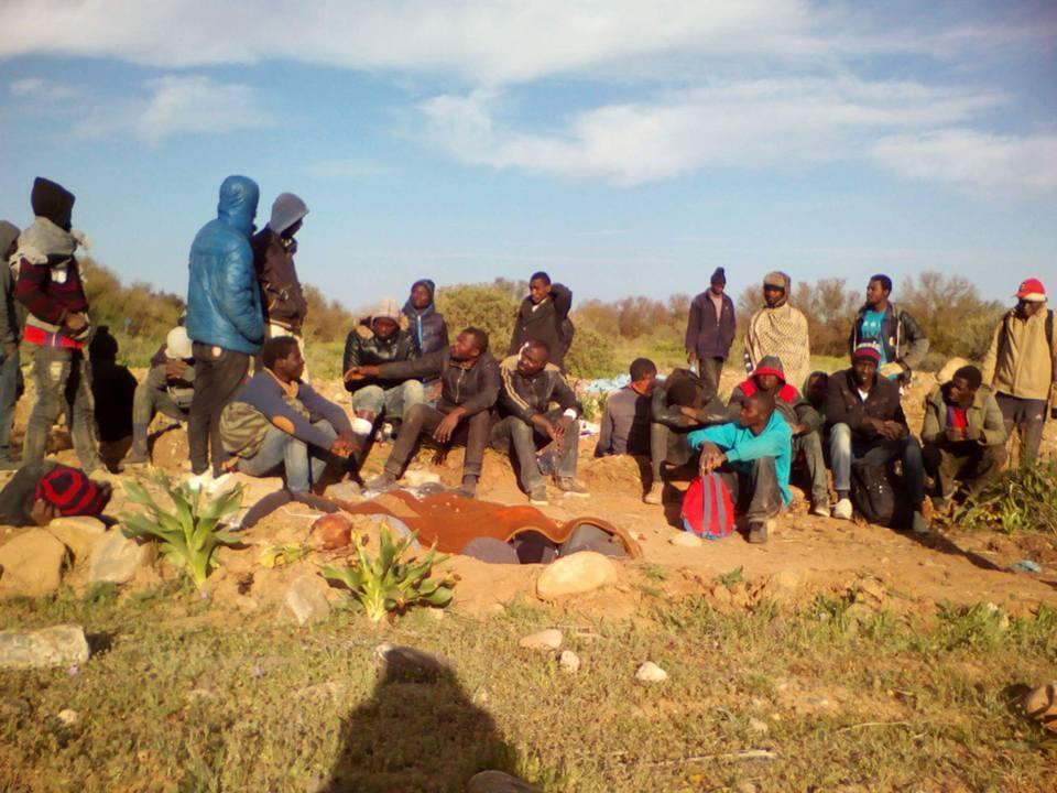 Une quarantaine de migrants subsahariens sont coincés dans un no man's land à la frontière entre le Maroc et l'Algérie. Facebook.