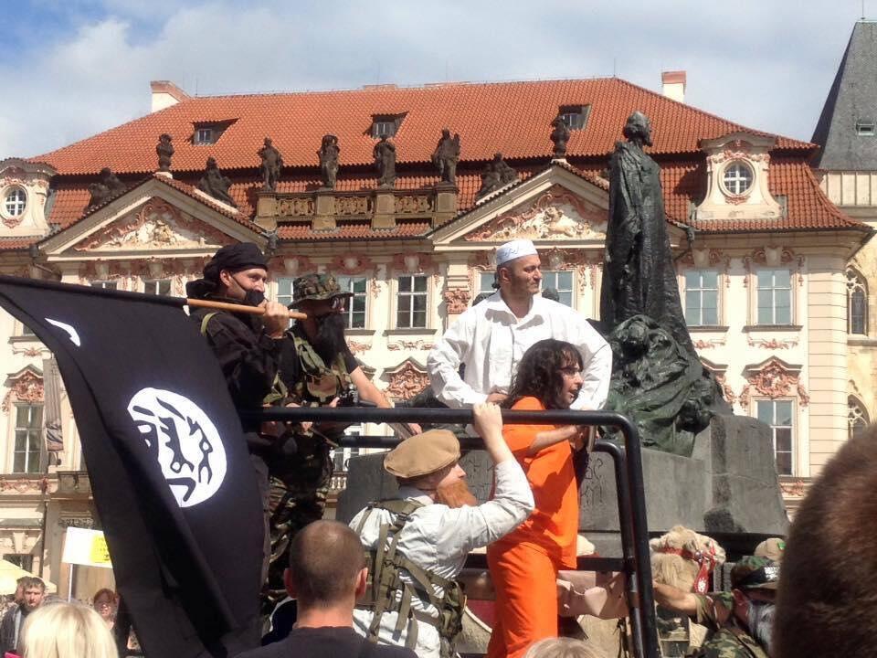 Barbe postiche, drapeau ressemblant à celui de l'organisation de l'Etat islamique et chameau dans les rues de Prague, un groupe d'activiste a semé la confusion. Photo de notre Observateur.