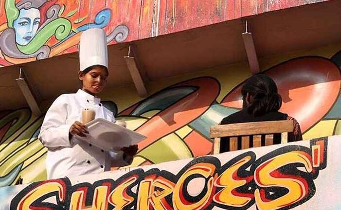 """Photo prise au café d'Agra et publiée sur la page Facebook """"Sheroes Hangout""""."""