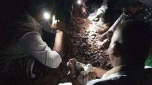 Photo montrant un groupe d'hommes en train de chercher de l'or dans la ville de Djanet, dans le sud-est du Sahara algérien. Facebook.