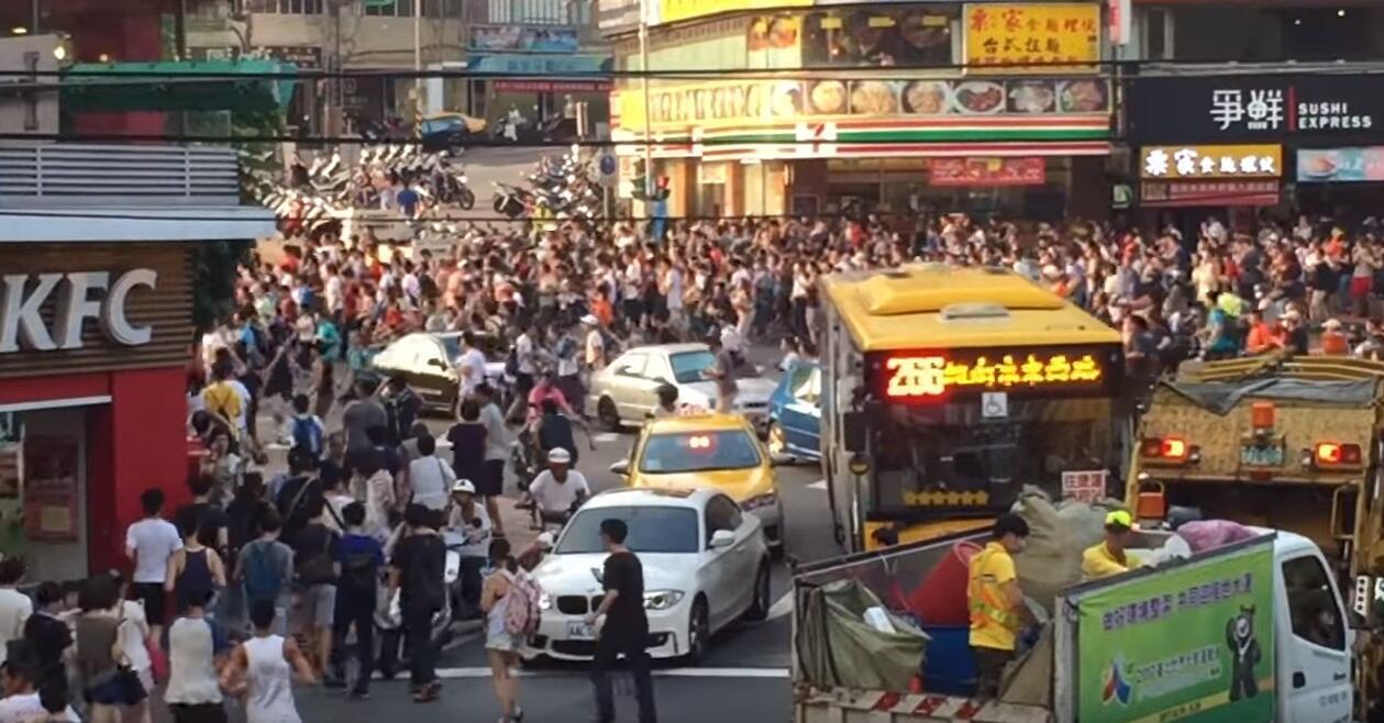 Dans les rues de Taiwan, des centaines d'individus se sont mis à courir dans la même direction. Capture d'écran de la vidéo de 亭懿 王.