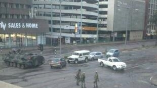Soldiers from the Zimbabwean army with an armored personnel carrier in the streets of Harare Wednesday Nov. 15. (Amateur photograph circulating on Twitter and Whatsapp).