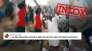 Capture d'écran de la vidéo où l'on voit un homme se faire agresser par la foule, présentée, à tort, comme étant celle d'un ancien ministre soudanais.