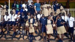"""Des élèves sud-soudanais scolarisés en Ouganda grâce au programme """"Come True"""" avec Rami Gudovitch, directeur du projet. Crédit : Rami Gudovitch."""
