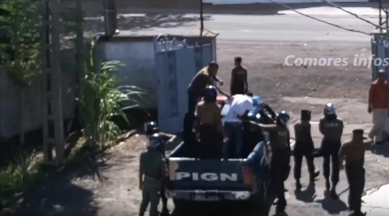 Capture d'écran d'une vidéo montrant un lycéen frappé par les gendarmes.