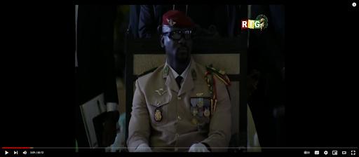 Capture d'écran de Doumbouya à la cérémonie du serment du 1er octobre 2021 au palais Mohammed-V de Conakry, filmée par RTG et publiée sur YouTube par Guineesud