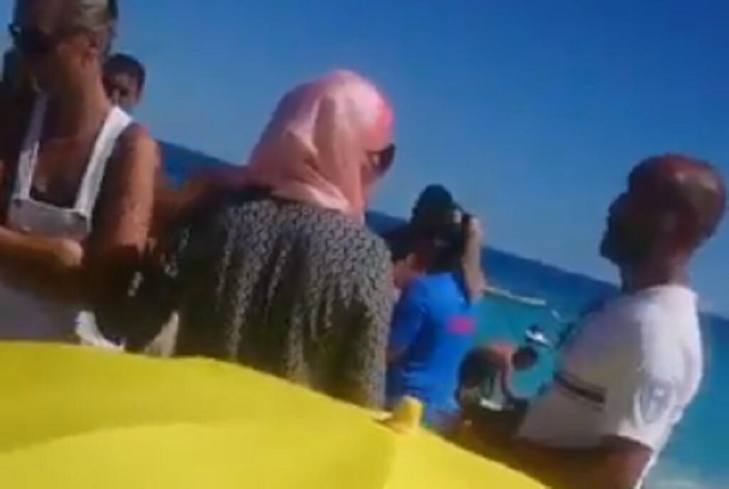 Une vidéo amateur montre un policier en train de verbaliser une femme voilée sur une plage de Nice, et donner un avis très personnel. Vidéo diffusée par l'association Fédération des musulmans du Sud.