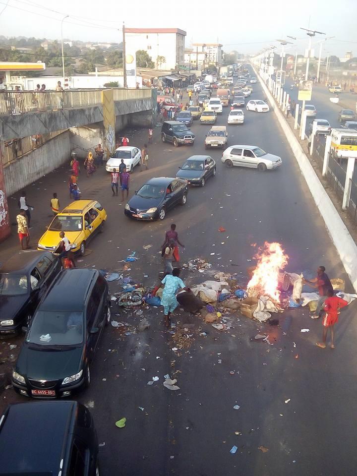 Des habitants de Conakry ont mis des déchets sur la voie publique, avant de les incendier, à côté du marché de Gbessia, vendredi 10 mars. Photo prise par Mamady Condé.