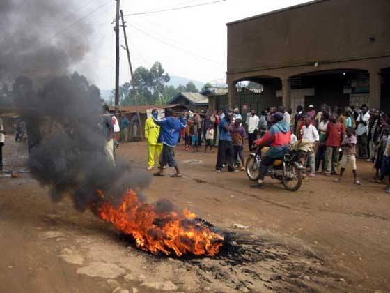 Pour protester contre l'instauration d'un couvre-feu, des habitants ont mis en place des barricades dans la ville.
