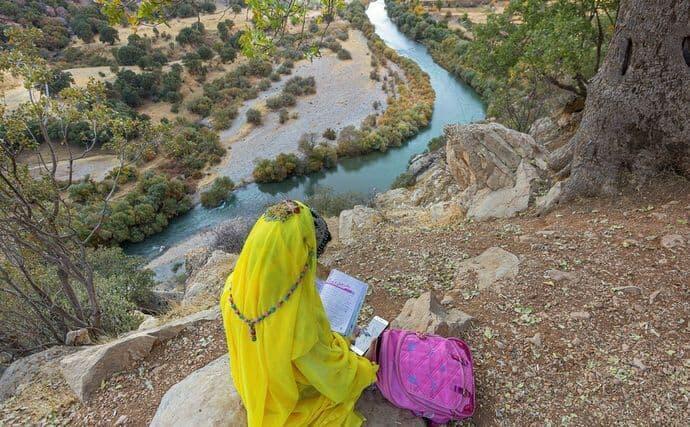 Des élèves à Dolbi, un village dans le sud-est de l'Iran, sont escortés par leurs mères pour grimper en haut d'une montagne et avoir un peu de connexion internet.