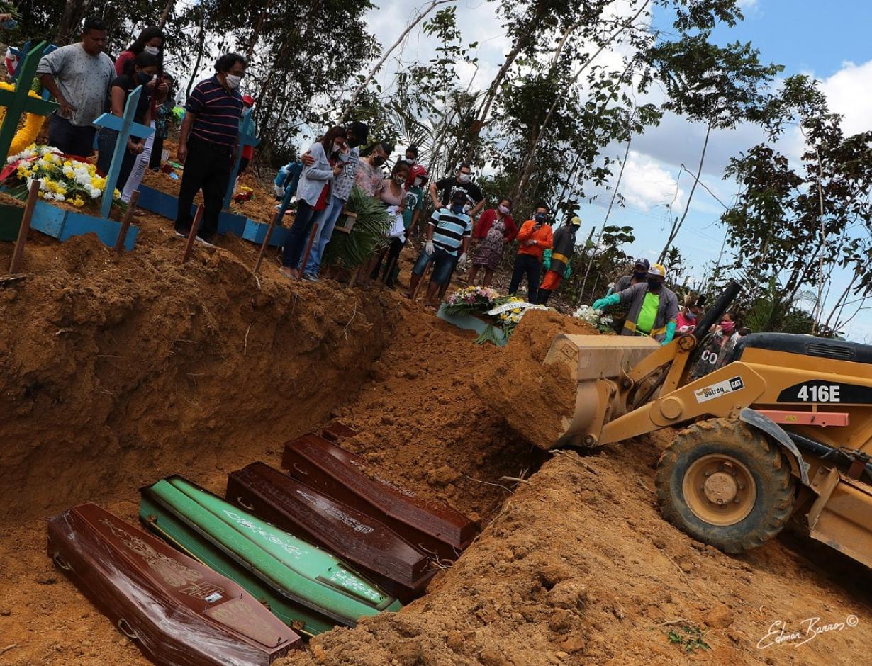 Quatre cercueils entreposés dans une fosse commune de l'état de l'Amazonas, où se situe la ville de Manaus, sont recouverts de terre. Photo publiée sur Twitter le 23 avril 2020.