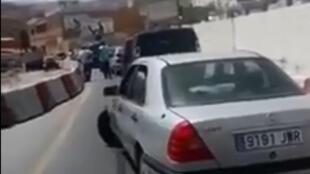 Une voiture bloquée dans la file d'attente avant le poste frontière de Ceuta, tentant une manœuvre. Capture d'écran d'une vidéo partagée sur Facebook.