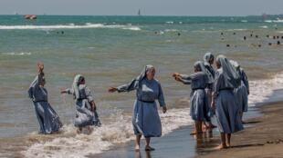 Cette photo, très partagée sur les réseaux sociaux, tente de montrer que des religieuses catholiques peuvent venir sur une plage en France sans être verbalisée. Mais la photo, prise en Italie, est ancienne.