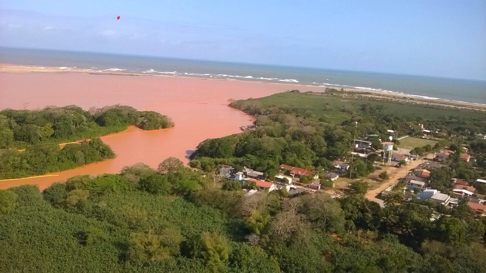 Pollution à grande échelle du littoral de Linhares.