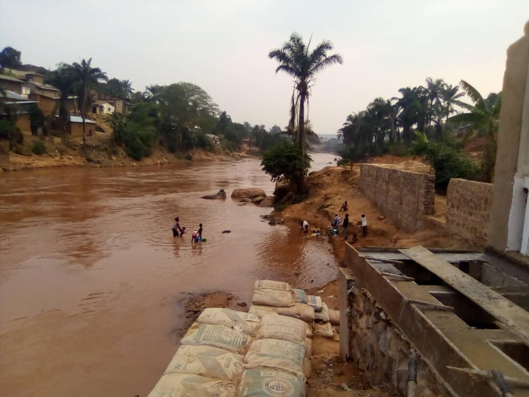 Les populations se baignant dans la rivière Tshikapa en août dans la province du Kasaï.