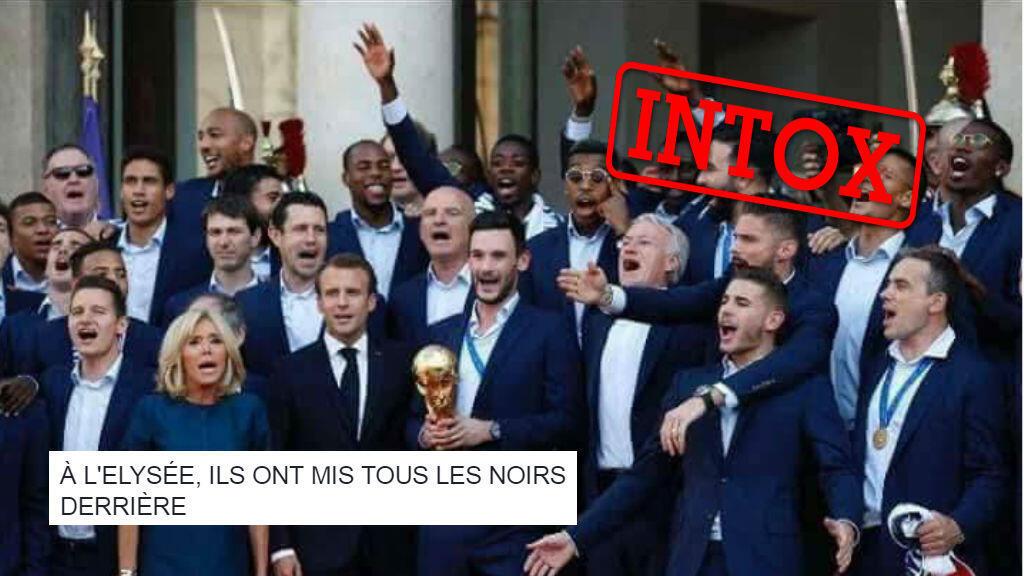 """Certains internautes ont jugé que """"tous les noirs"""" avaient été mis """"derrière"""", lors de la réception des Bleus sur le perron de l'Élysée, le 16 juillet."""