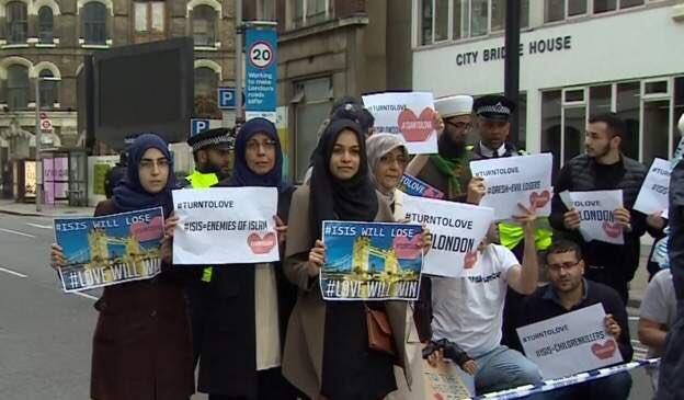 Photo d'un groupe de musulman manifestant contre l'EI, postée sur twitter par @dhaybron1.