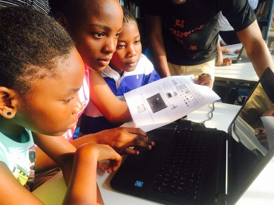 """Des enfants de Kinshasa lors d'une séance des """"Laboureurs du code"""" pour leur apprendre le codage informatique. Photo LLab."""