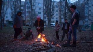 Des Criméens se font à manger avec un feu. Photo postée par Ilya Varlamov sur Twitter.