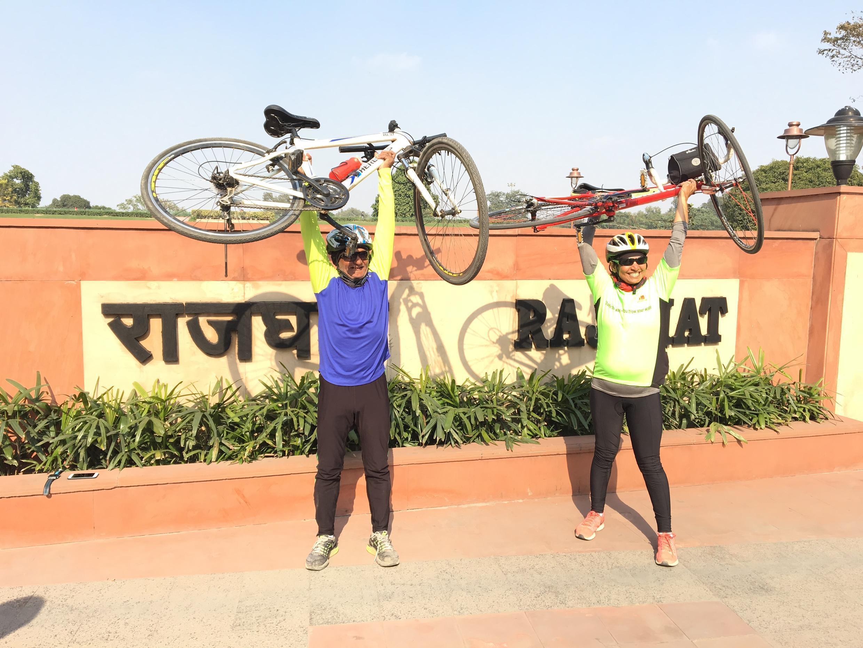 Sanjeeta Singh Naruka Negi, 51 ans, et Piyush Shah, 58 ans, ont fait plus de 1000 kilomètres à vélo de Gandhi Ashram à New Delhi pour aller à la rencontre des habitants et leur transmettre quelques conseils pour lutter contre la pollution.
