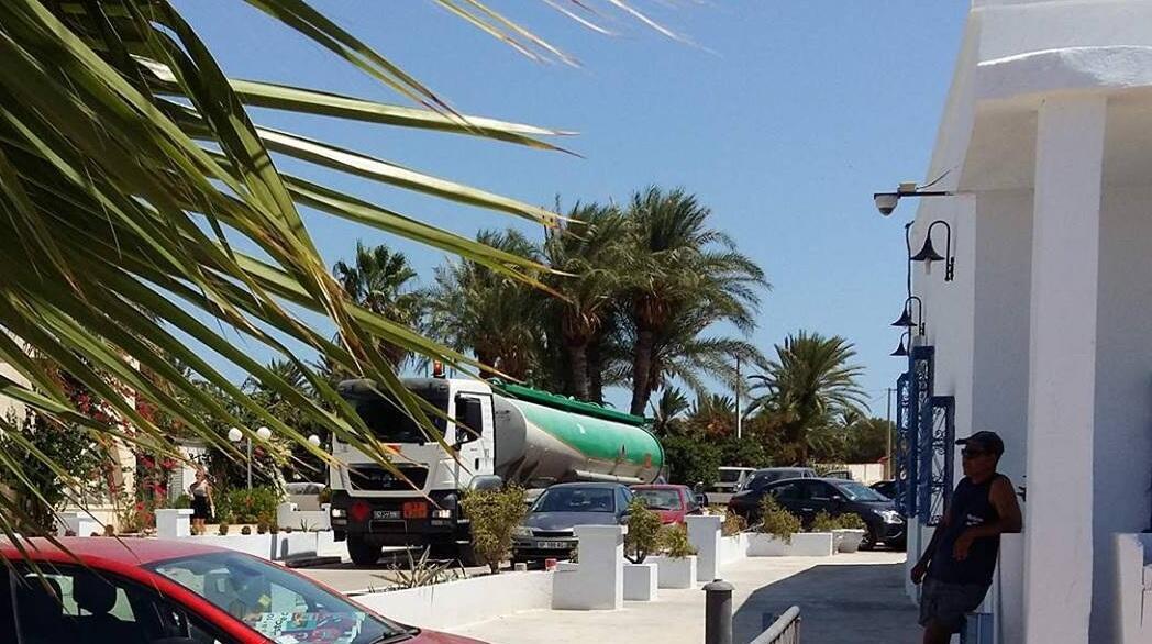 Un camion-citerne de Petrofac traversant l'hôtel de Cercina, photo postée sur Facebook.