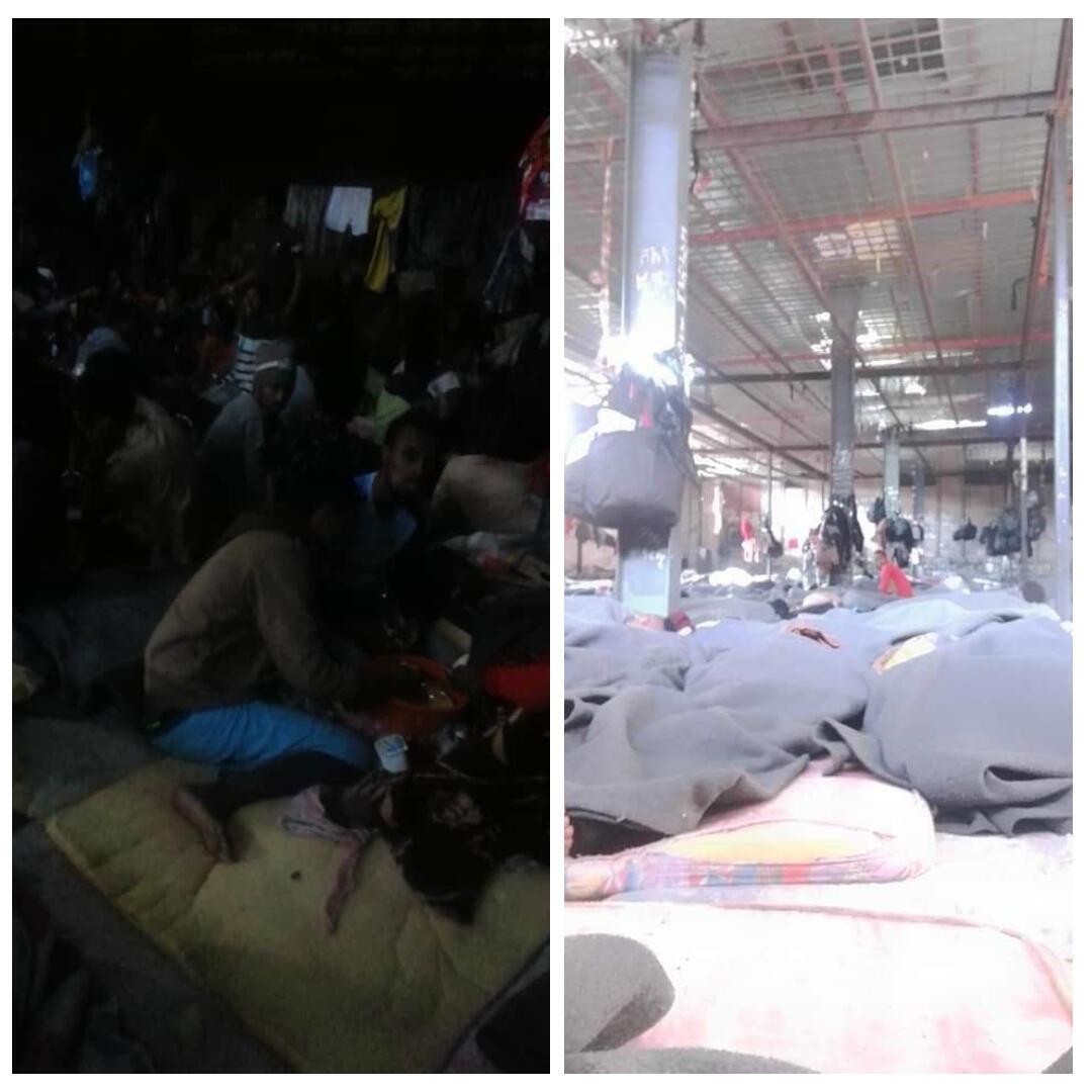 Les migrants omoros qui dorment à même le sol dans le hangar du centre incendié.