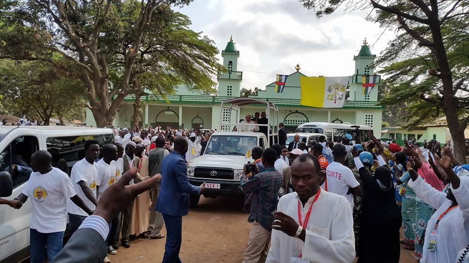 Le pape François à sa sortie de la mosquée centrale de Bangui. Photo : Hervé Cyriaque Serefio / Diaspora.