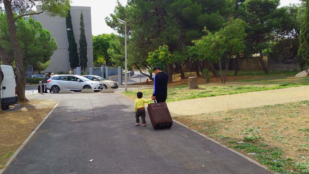 Des migrants syriens quittent le quartier de La Devèze à Béziers.