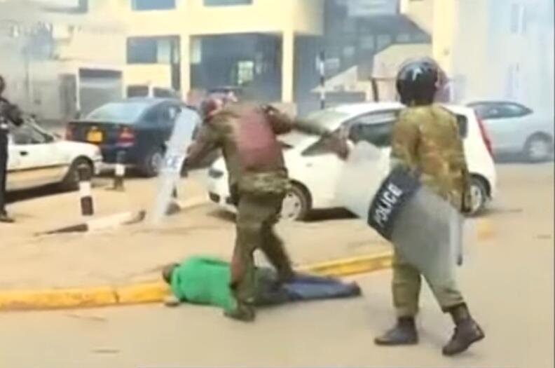 L'image de ce manifestant au t-shirt vert à terre et inanimé roué de coups par des policiers a ému au Kenya. Certains ont même affirmé que l'homme était décédé.