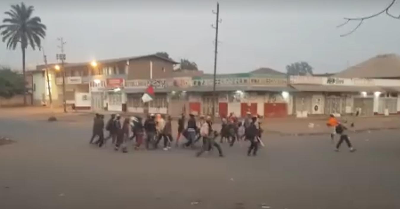 Miliciens armés faisant irruption à Lubumbashi le 25septembre. Crédits: Dynamique TV.