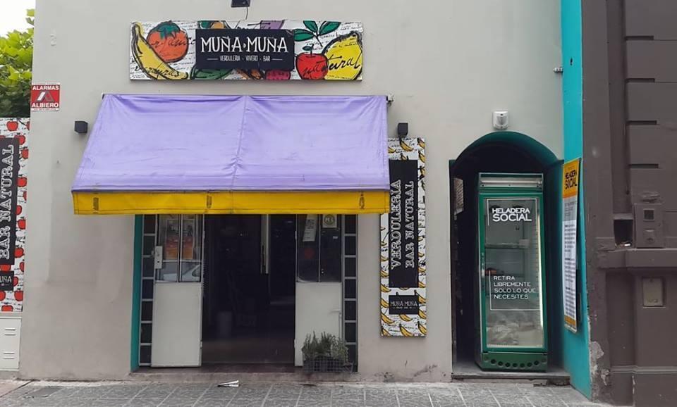 """Photo publiée sur la page Facebook """"MUÑA MUÑA"""", le restaurant de notre Observateur, où un """"frigo social"""" a été installé à la mi-février (à droite).."""