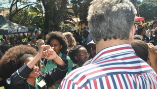 Une jeune lycéenne manifeste devant l'un des responsables de l'école.