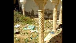 Dans un complexe touristique à l'abandon, les déchets jonchent le sol. Capture d'écran d'une vidéo de notre Observateur.