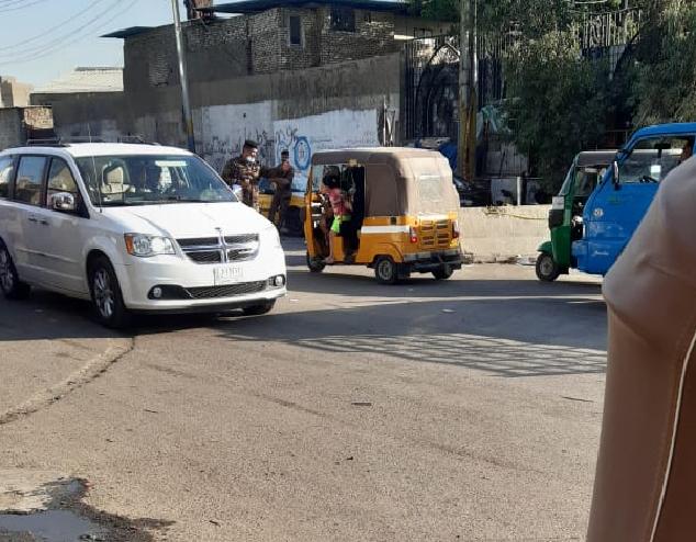 Un conducteur de tuk-tuk arrêté à un check-point alors qu'il se rendait à place Tahrir, à Bagdad, où une manifestation était organisée mardi 25 mai pour réclamer le départ du gouvernement. Photo prise par un de nos Observateurs sur place.