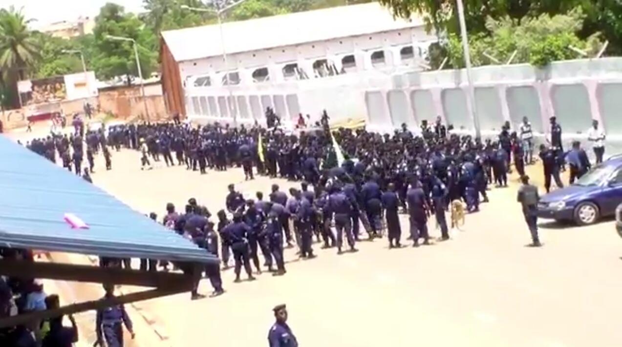 Des policiers ont dressé un barrage pour empêcher les supporters du TP Mazembe d'entrer dans un stade où se jouait un match amical de leur équipe.