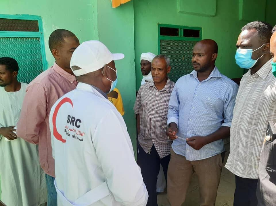 Des bénévoles font le suivi des blessés de l'attaque, au dispensaire Nassim d'Al-Geneina, le 17 janvier.