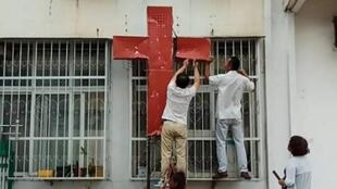 پایین آوردن یک صلیب در چین