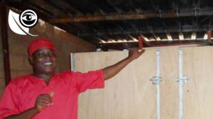 Yacouba Alfari Bonkano a inventé ce séchoir fonctionnant avec du charbon minéral, utilisé pour déshydrater les tomates, afin de pouvoir ensuite les transformer en poudre.