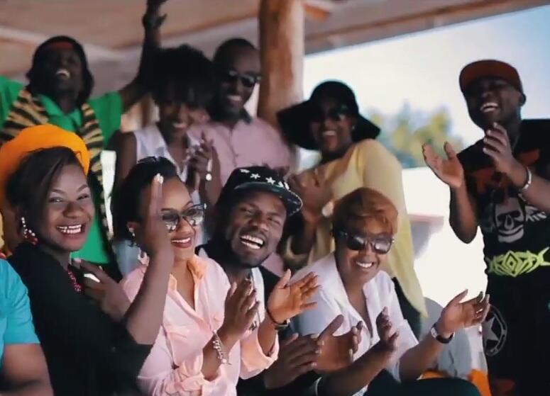 """Les artistes du collectif """"Tolérance"""" chante """"Together in peace"""". Ils viennent du Rwanda, du Burundi et de RDC."""