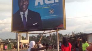 Des habitants de Oyem enlèvent une affiche Ali Bongo. Capture d'écran d'une vidéo envoyée par un Observateur.