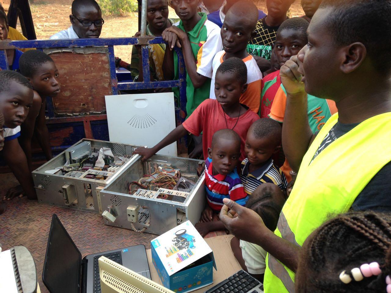 Ghislain forme des jeunes de Titao, au Burkina Faso, aux nouvelles technologies. Photo envoyée par notre Observateur.