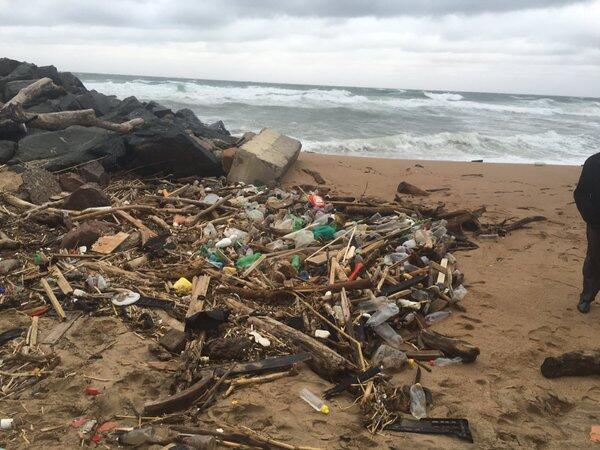 Des activistes écologistes ont découvert pour la première fois des déchets exclusivement destinés à l'usage médical sur les plages de Durban.