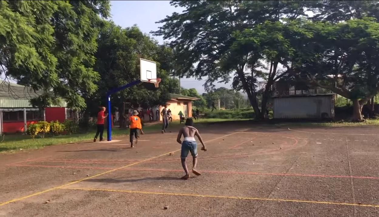 Des jeunes en train de lancer des pierres sur d'autres jeunes dans le lycée de Kahani, à Mayotte, le 19 janvier 2018. Capture d'écran / Youtube.