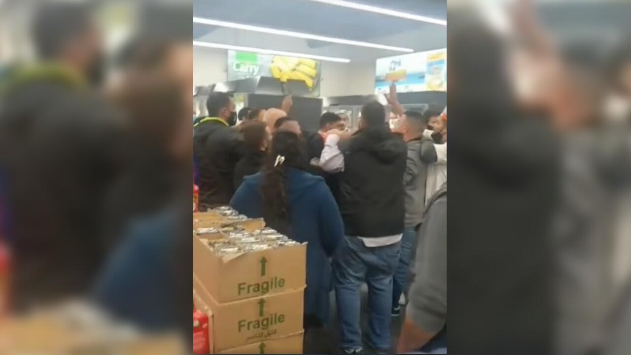 Capture d'écran d'une vidéo, diffusée samedi 13mars sur Facebook, montrant un groupe de contestataires, habillés en noir, faisant irruption dans un supermarché Le Charcutier Aoun, dans un quartier de l'est de Beyrouth, pour demander à inspecter le dépôt. Ils soupçonnaient le supermarché de stocker des produits pour provoquer une pénurie.