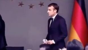 """Légende : """"Macron n'a pas respecté notre prophète, on ne va pas le respecter"""", écrit cet internaute en ourdou."""