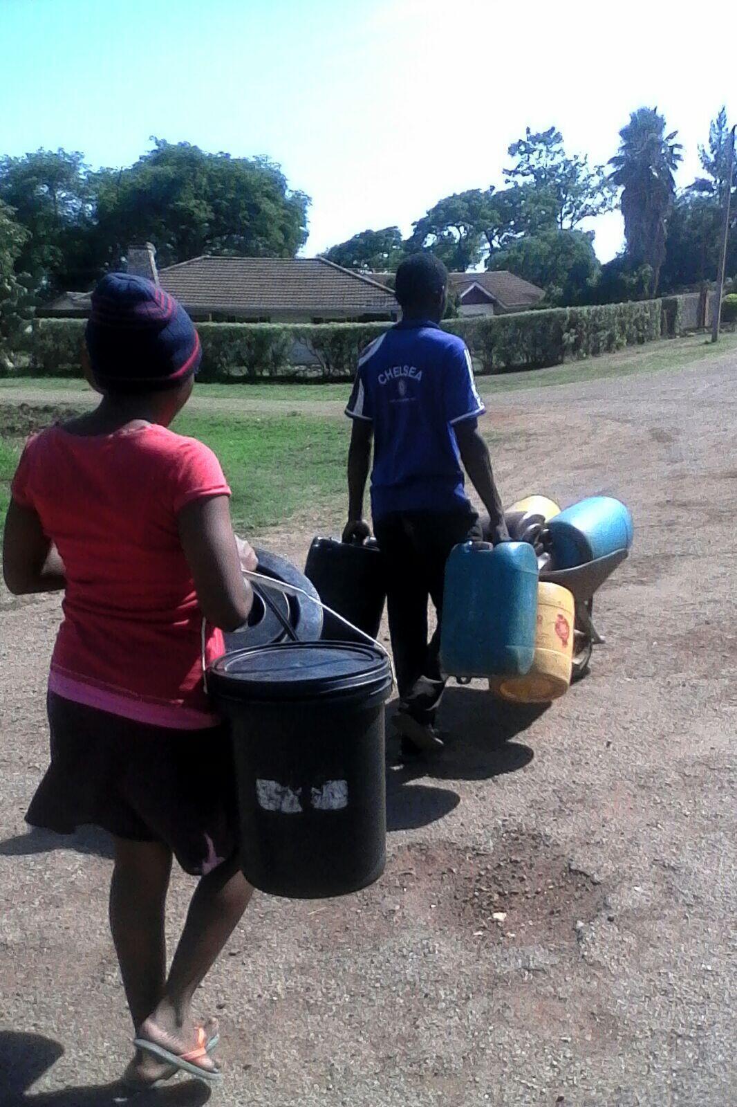 Suite à un défaut de paiement de leur municipalité, les habitants de Redcliff sont privés d'eau.