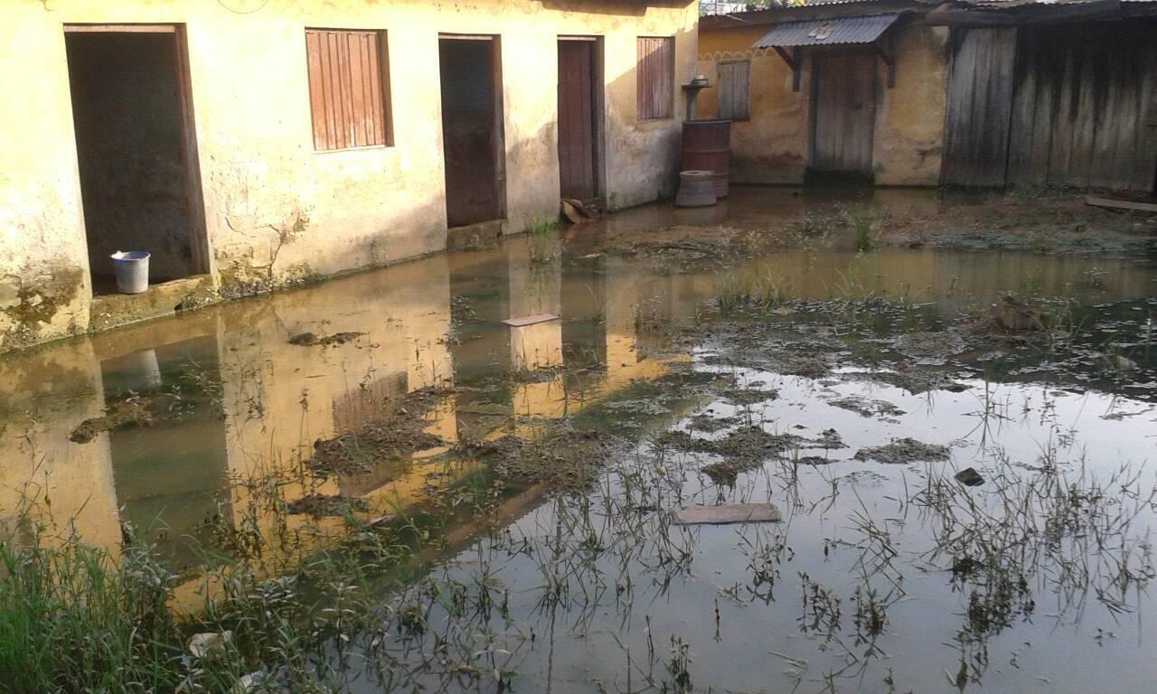Cette maison, située à Adzopé, a été abandonnée par ses occupants, qui ont fui les dégâts provoqués par le débordement d'un caniveau. Toutes les photos et vidéos ont été prises par Ahmed Coulibaly.